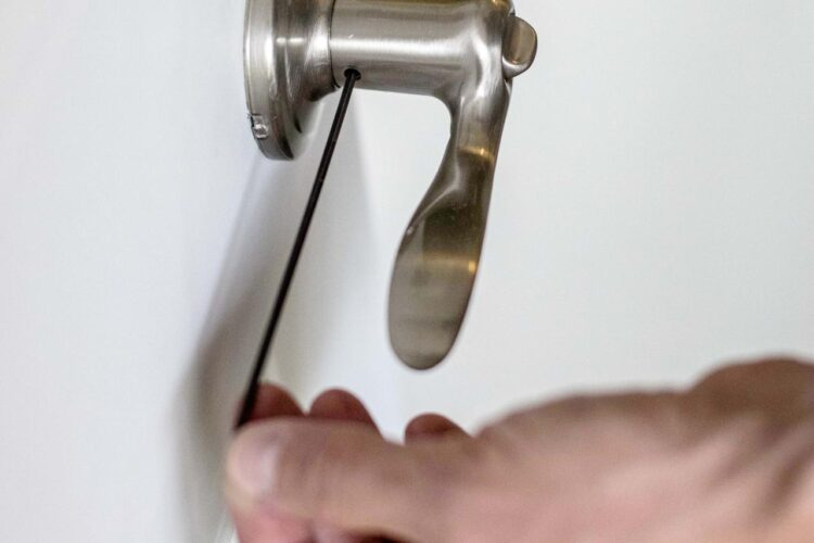 How to change a doorknob?